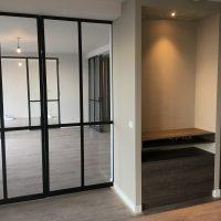 tv meubel | interieurontwerp loggia met stalen binnendeuren | pvc vloer